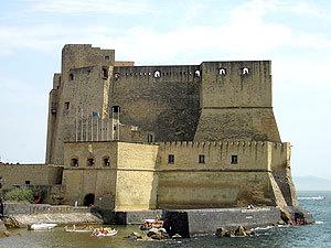 Средневековая крепость Кастель-дель-Ово